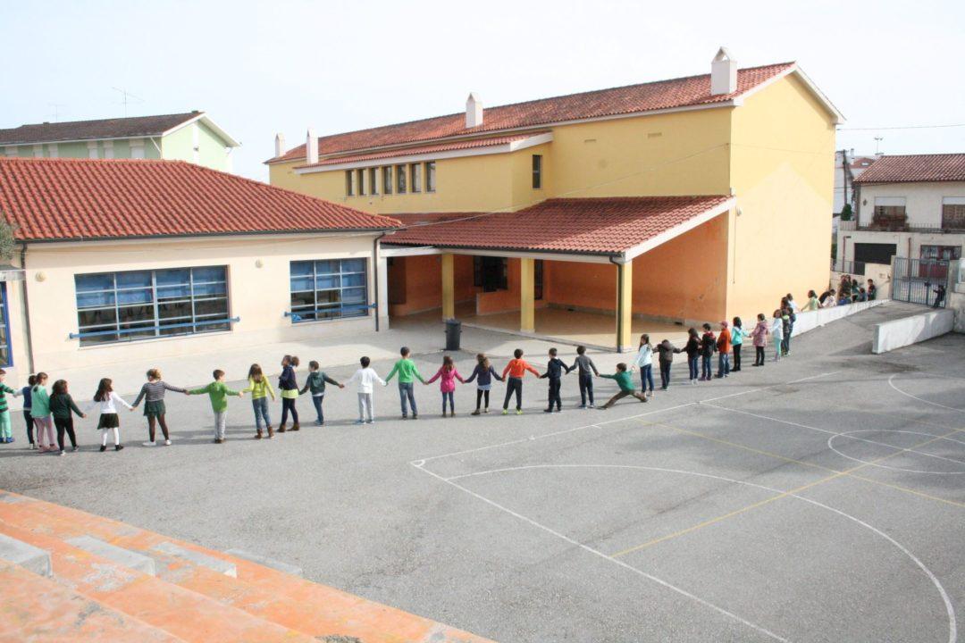 Escola Básica e Jardim de Infância de Almas de Freire realiza um grande cordão humano