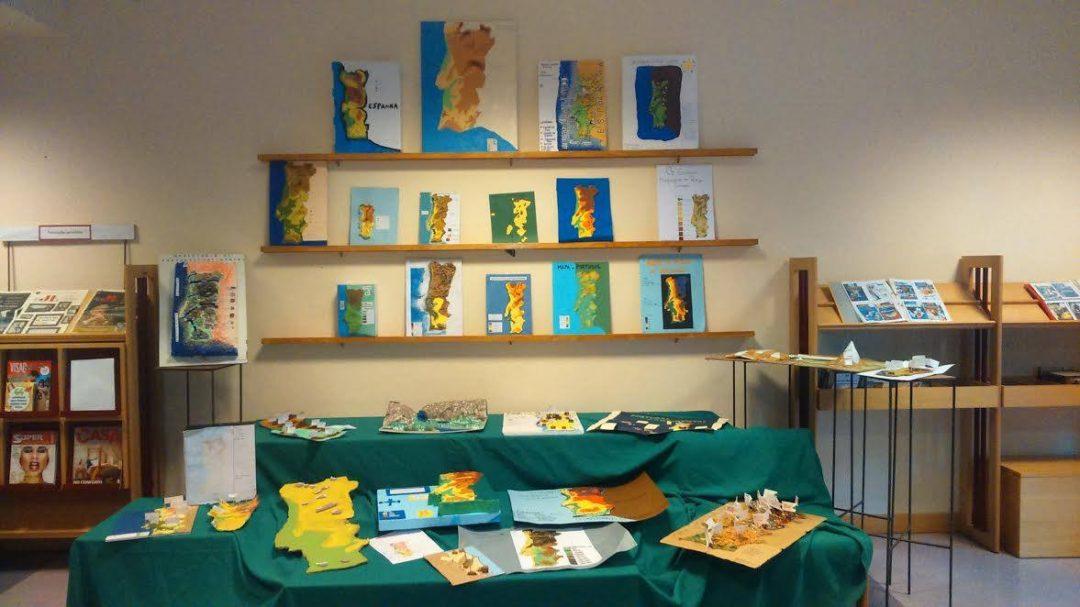Os alunos do 8º ano reutilizaram materiais na elaboração de trabalhos para uma exposição que está a decorrer na Biblioteca Escolar