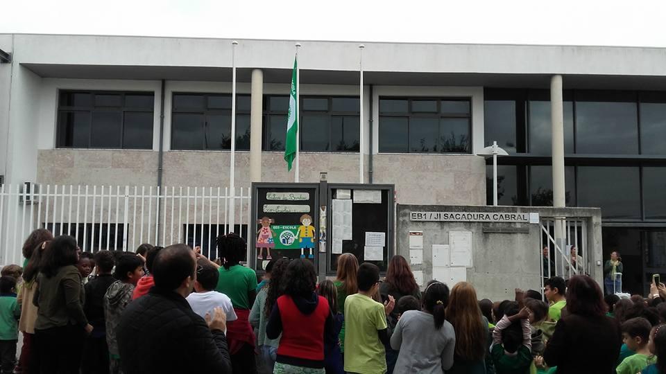 Sacadura Cabral hastea a bandeira Eco-Escola