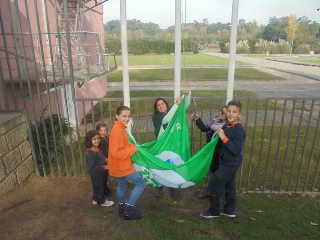 Hastear da bandeira verde do Colégio Bissaya Barreto