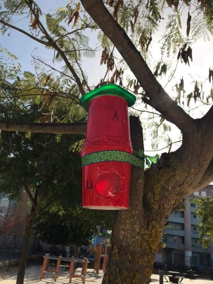 Oferecendo ninhos às aves do pátio da EB Luísa Todi – Setúbal: Alunos do 1º ciclo, famílias e professoras!