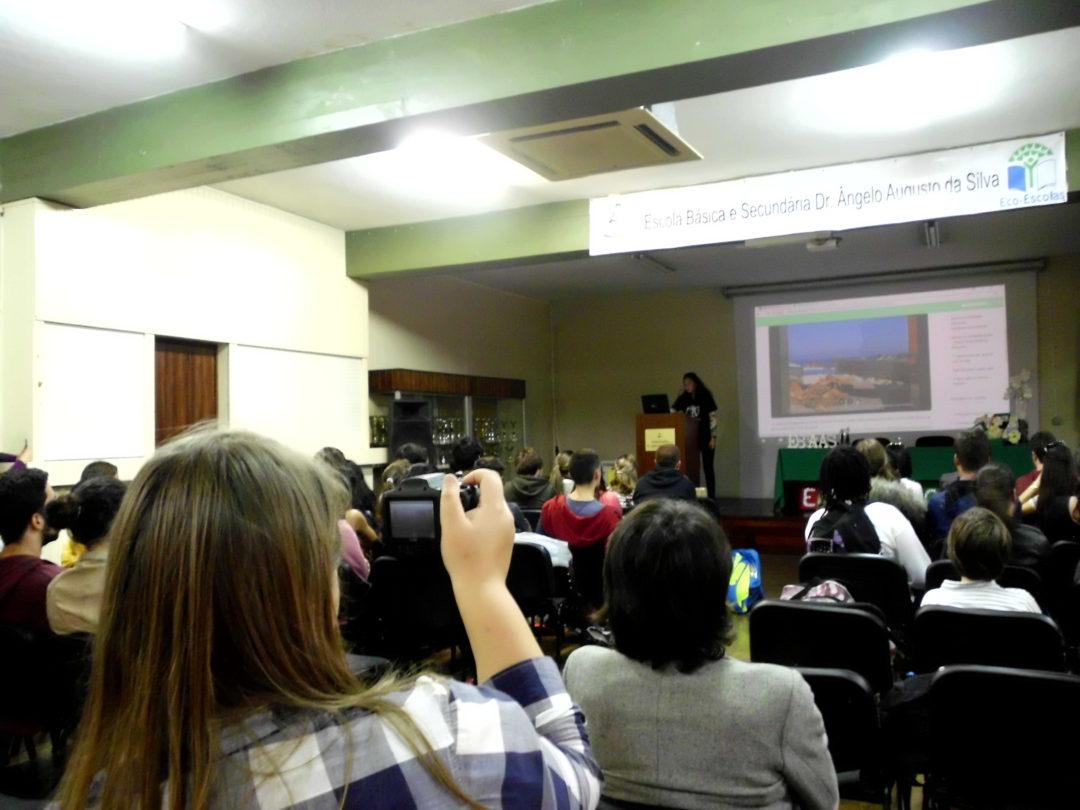 Apresentação do Projeto Jovens Repórteres para o Ambiente a alunos do secundário da Região Autónoma da Madeira, na Escola Básica e Secundária Dr. Ângelo Augusto da Silva, 26 de abril 2018. Testemunho da Filipa Murta, YRE Ambassador, sobre o que é ser Jovem Repórter para o Ambiente.