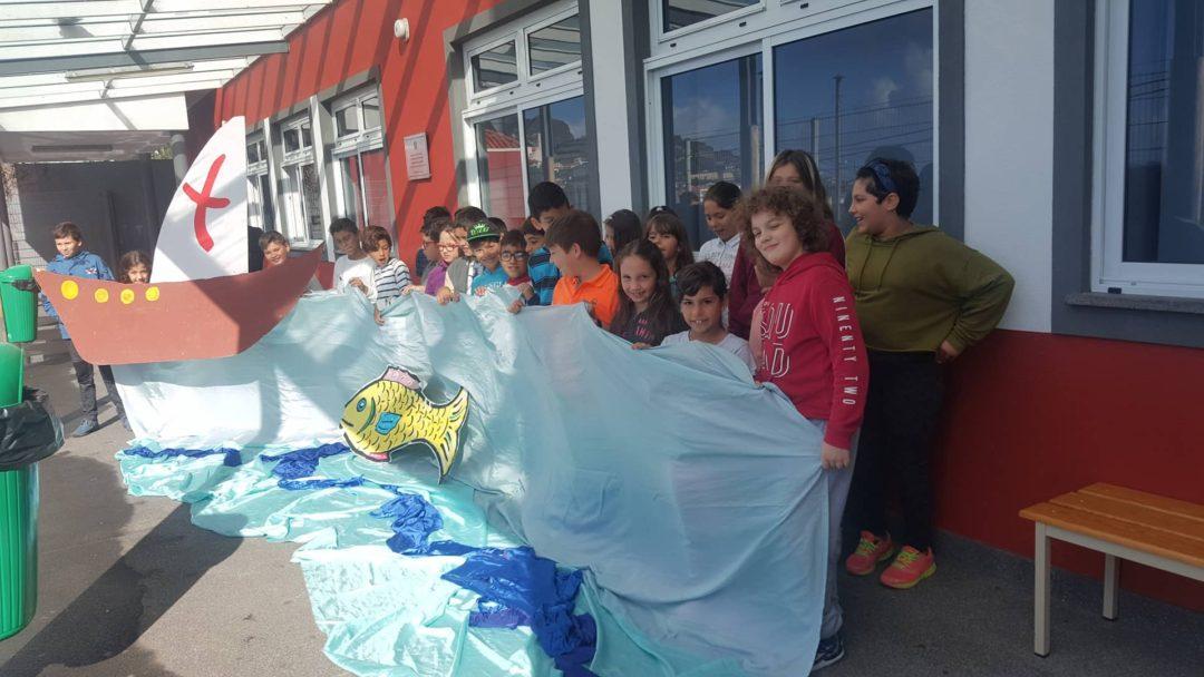 """Foto criativa, Dia Nacional do Mar 16 novembro – participação da Escola do Areeiro e Lombada (Funchal) na Campanha """"Oceans or Plastic"""""""