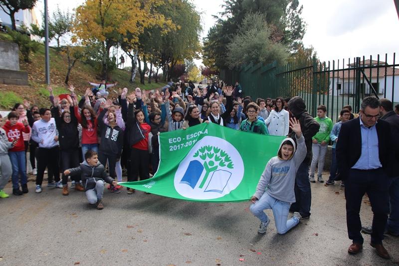 Hastear da bandeira e realização do logo Eco-Escolas com alunos