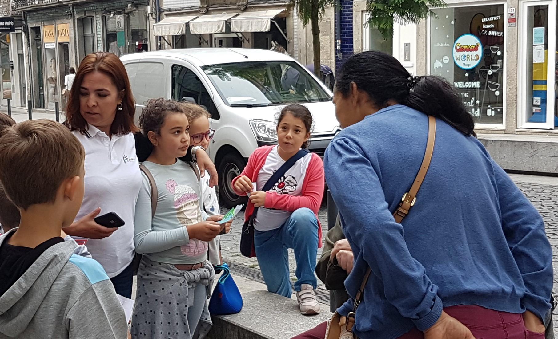 Os alunos do 1º ciclo do Agrupamento de EScolas Trigal Santa Maria em Tadim realizaram ações de sensibilização junto da população residente na cidade de Braga para se deslocarem de transporte publico.