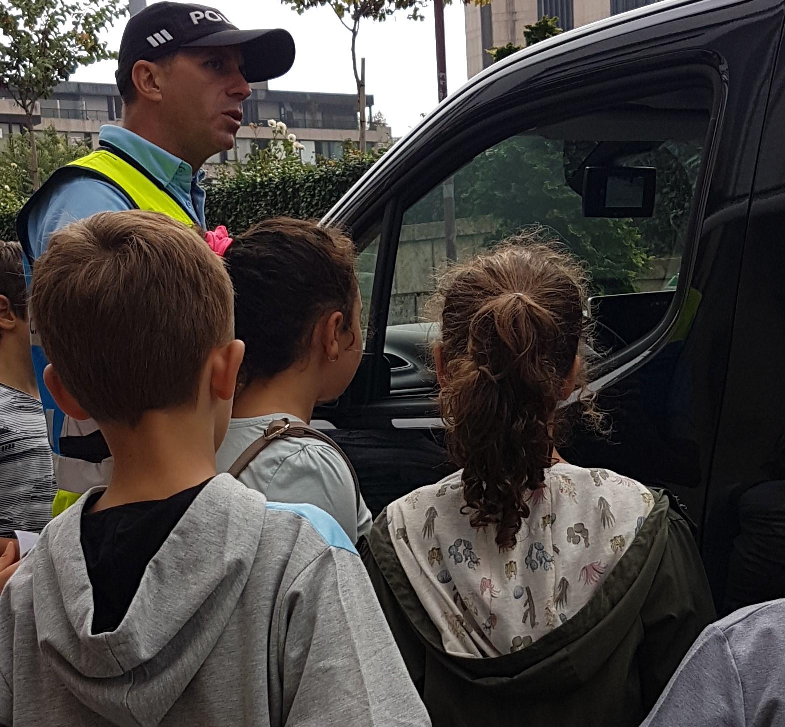Noutro momento da atividade, com a ajuda de um agente da PSP, puderam fornecer folhetos informativos com conselhos para os automobilistas da cidade de Braga.