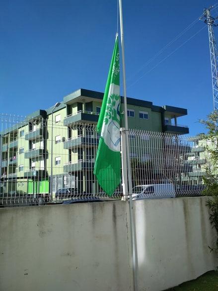 Bandeira Verde Eco-Escolas a meia haste