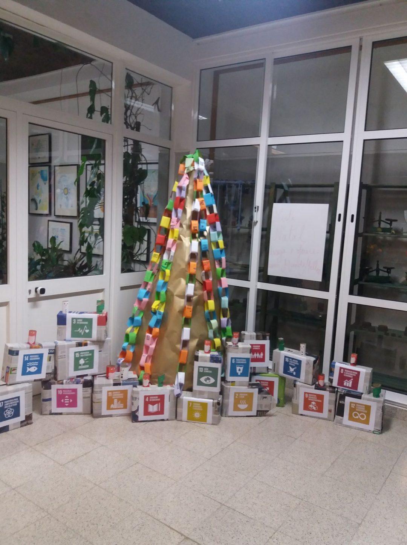"""Árvore de Natal dos ODS """"Este Natal Ofereço um Mundo Melhor"""""""